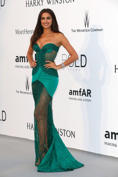 Irina Shayk usou vestido Atelier Versace e sapatos Versace