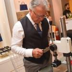 Gabriel Camacho, artesão responsávael pela personalização da BOSS Bespoke na hora do evento