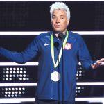 Jimmy Fallon faz sátira do nadador Ryan Lochte no palco do VMA