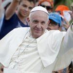 Papa Francisco leva moradores de rua para passar dia em praia