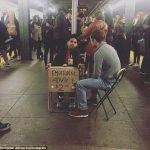 Menino de 11 anos cobra US$ 2 para dar conselhos em estação de metrô