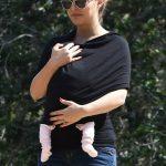 Natalie Portman passeando com a filha recém nascida