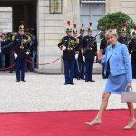 Primeira-dama da França usa roupa emprestada na posse