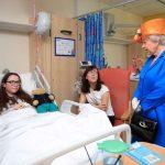 Rainha Elizabeth visita feridos em ataque em Manchester