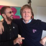 "Paul McCartney e Ringo Starr celebram juntos os 50 anos do álbum ""Sgt. Pepper's"""