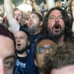 David Grohl curte show do Metallica no meio da galera