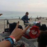 """Baterista do """"The Who"""" toca no calçadão da praia de Ipanema"""