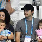 Mila Kunis e Ashton Kutcher baniram os presentes de Natal em casa