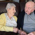 Mãe de 98 anos se muda para casa de repouso para cuidar do filho de 80