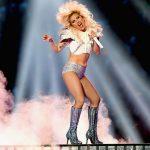 Lady Gaga interrompe show para socorrer fã machucado na plateia
