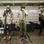 Maroon 5 se disfarça e toca de surpresa no metrô de NY