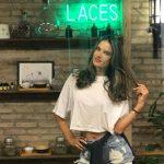 Alessandra Ambrosio chega ao Brasil e faz primeira parada no spa de cabelos Laces