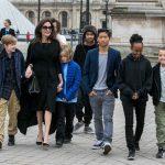 Angelina Jolie em Paris com os filhos