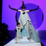 Coco Rocha na passarela de Jean Paul Gaultier com a filha de dois anos