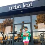 Escoteira de 9 anos vende doces na porta de loja de maconha