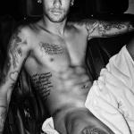 Neymar só de toalha para Mario Testino