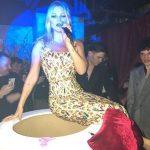 Kate Moss sai do bolo e canta parabéns em festa surpresa para Mert Alas