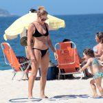 Carolina Ferraz na praia com a filha caçula