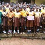 Professor de Gana que viralizou ao ensinar computação na lousa comemora primeira doação de notebook