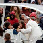 """Papa quebra protocolo e dá """"carona"""" para crianças"""