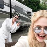"Elle Fanning e Angelina Jolie brincam nos bastidores de ""Malévola 2"""