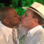 Chico Pinheiro divide opiniões ao postar foto beijando um homem na web