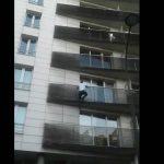 Malinês que salvou menino escalando fachada ganha nacionalidade francesa