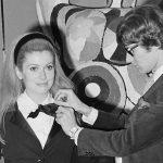 Catherine Deneuve leiloará suas roupas desenhadas por Saint Laurent