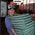 Lady Gaga entrega pizza e presentes em abrigo na Califórnia após incêndio