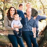 Príncipe William e Kate Middleton posam com os filhos em nova foto da família real