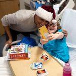Obama visita crianças no hospital e entrega presentes de Natal