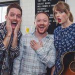 """Taylor Swift aparece de surpresa em festa de noivado de fãs e canta 'King of My Heart"""""""