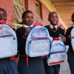 Emirates transforma outdoors em mochilas escolares e sacolas reutilizáveis