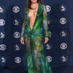 Quase 20 anos depois, icônico vestido de Jennifer Lopez vira tênis