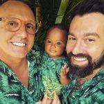 Conheça a história do casal homoafetivo que adotou um bebê abandonado no hospital