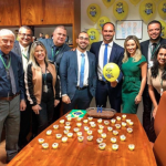 Eduardo Bolsonaro ganha festa temática de aniversário com 'Minions'