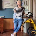 De cabelo raspado, Selma Blair comemora alta do hospital