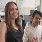 Angelina Jolie acompanha filho na chegada à faculdade na Coreia do Sul