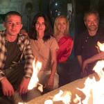 """""""Phoebe"""" e """"Monica"""" comemoram juntas 25 anos de """"Friends"""""""