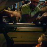"""Manifestantes cantam """"Baby Shark"""" para criança durante protesto no Líbano"""