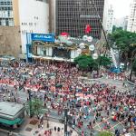 Feriado na Paulista tem inauguração do Natal com balé aéreo, corais e show de luzes a céu aberto