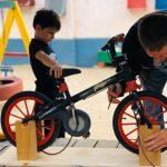 """Garoto de 6 anos cria """"bicimáquina"""" para ensinar outras crianças a pedalar sem rodinhas"""