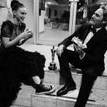 Joaquin Phoenix é clicado comendo hambúrguer vegano com a noiva, Rooney Mara, após vitória no Oscar