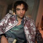 Robert Pattinson fotografa a si mesmo para capa de revista