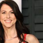 MacKenzie, ex-esposa de Jeff Bezos, muda sobrenome e doa parte de sua fortuna