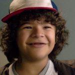 """Sem gravar série na quarentena, ator de """"Stranger Things"""" arranja bico em restaurante"""