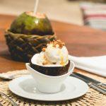 """""""Sorvete de coco Txai com calda de gengibre e praliné"""" do Txai Resorts Itacaré – sugestão de sobremesa"""