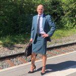 Roupa não tem gênero: Homem faz sucesso nas redes sociais por usar saia e salto