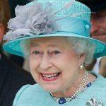 Rainha Elizabeth gosta de lavar louças quando está em seu castelo na Escócia