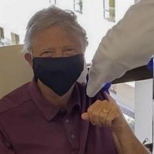 Bill Gates toma vacina contra covid-19 e brinca: 'Benefício de ter 65 anos'